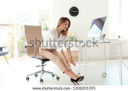 feliz · pessoas · de · negócios · trabalhar · local · de · trabalho · reunião · discutir - foto stock © andreypopov