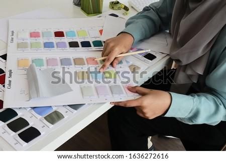 Dość młodych kobiet moda projektant Zdjęcia stock © pressmaster
