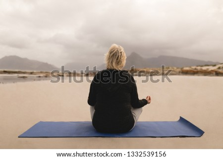 Achteraanzicht senior vrouw mediteren yoga stuurman Stockfoto © wavebreak_media