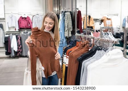 Niña feliz marrón cuello de tortuga pie rack Foto stock © pressmaster