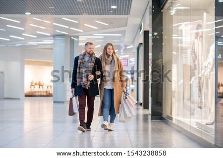 молодые привязчивый пару движущихся магазин Windows Сток-фото © pressmaster