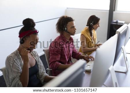 小さな · ビジネスマン · 座って · 表 · オフィス - ストックフォト © wavebreak_media