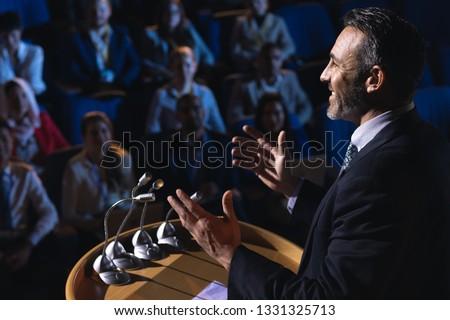 Oldalnézet kaukázusi üzletember áll bemutató auditórium Stock fotó © wavebreak_media