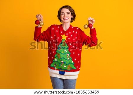 Vrolijk vrouw comfortabel kleding kerstboom moderne Stockfoto © vkstudio