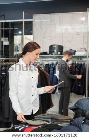Jovem morena compras assistente touchpad elegante Foto stock © pressmaster