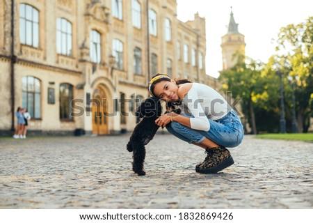 Boldog nő kacsintás nyár park barátok Stock fotó © dolgachov