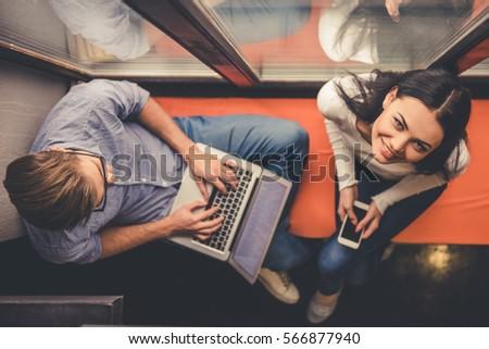 Fiatal pér dolgozik laptop mosolyog ül nyugodt Stock fotó © HASLOO
