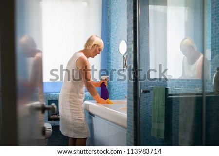 активный отставку женщину работа по дому очистки ванную Сток-фото © diego_cervo