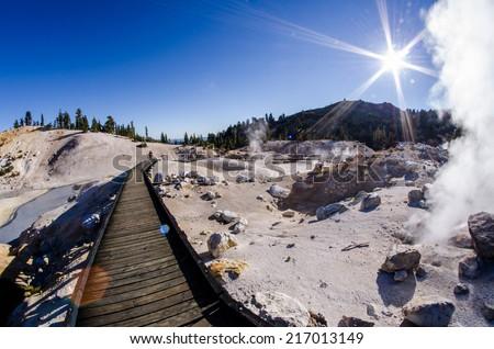 Zdjęcia stock: Smoking Fumaroles Of Bumpass Hell Lassen Volcanic Park Califor