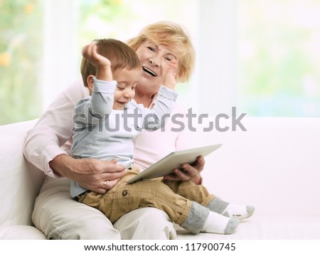 grand-mère · lecture · livre · peu · petite · fille · chambre - photo stock © hasloo