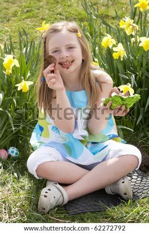 Kız yeme çikolata yumurta easter egg hunt nergis Stok fotoğraf © monkey_business