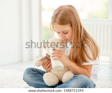 Gyönyörű fiatal nő tart plüssmaci ölel mosolyog Stock fotó © feelphotoart