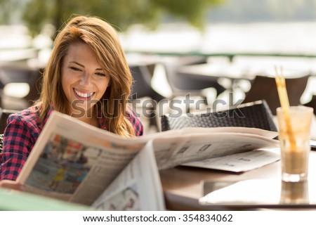 Stock fotó: Vonzó · nő · olvas · újság · iszik · reggel · kávé