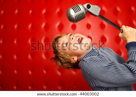 Zingen jongen microfoon rack Rood muur Stockfoto © Paha_L