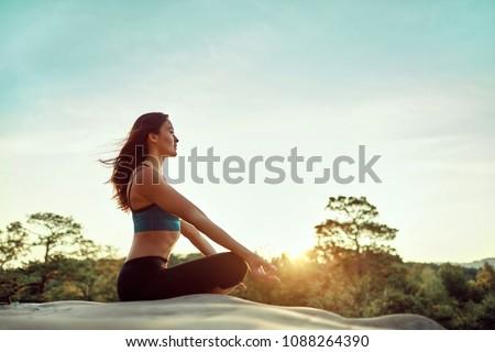 yoga · mujer · relajante · mar · amanecer · puesta · de · sol - foto stock © vlad_star