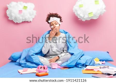 устал · деловая · женщина · покрытый · спальный · месте - Сток-фото © deandrobot