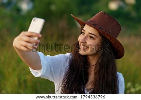 Mujer sonriente toma teléfono móvil rancho sonriendo atractivo Foto stock © deandrobot