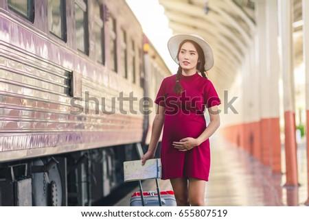 Młodych atrakcyjny moda pani stacja kolejowa czeka Zdjęcia stock © iordani