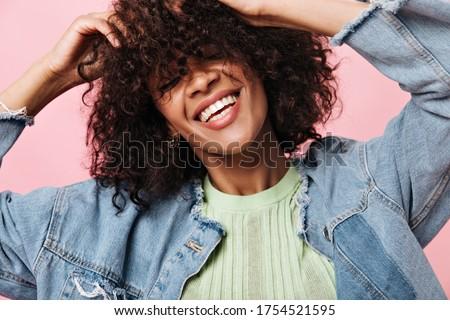 Mooie jonge gekruld afrikaanse dame poseren Stockfoto © deandrobot