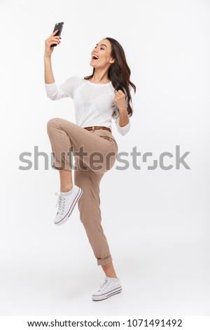 młoda · kobieta · bagażu · hotele · pokój · telefonu · komórkowego · wnętrza - zdjęcia stock © deandrobot