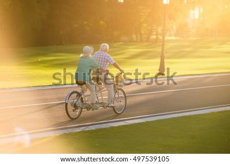 Pár lovaglás tandem bicikli érett emberek Stock fotó © NikoDzhi