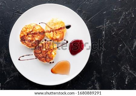 Túró palacsinták méz áfonya fehér reggeli Stock fotó © yelenayemchuk