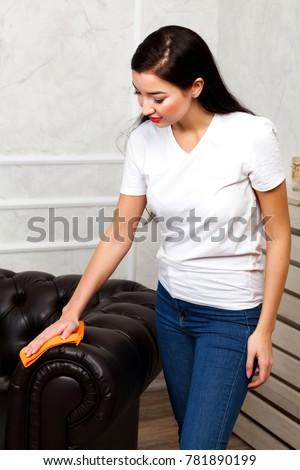 Młodych brunetka kobieta czyszczenia ciemne brązowy Zdjęcia stock © Nobilior