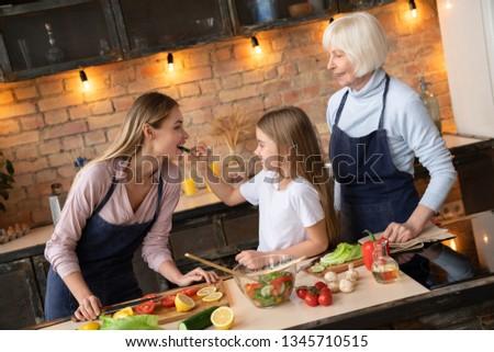 meisje · moeder · keuken · eten · vers · fruit · mooie - stockfoto © dashapetrenko