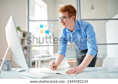 Jóvenes programador notas viendo vídeo Foto stock © pressmaster