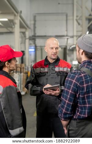 Férfi mutat touchpad megbeszél információ kolléga Stock fotó © pressmaster