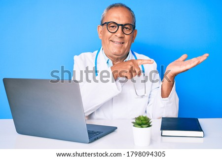 Volwassen arts wijzend laptop display Stockfoto © pressmaster
