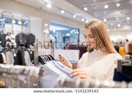 Cute dziewczyna smartphone patrząc kolekcja Zdjęcia stock © pressmaster