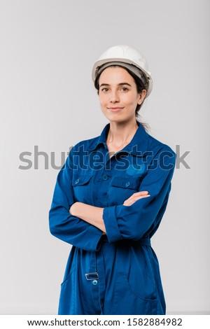Jonge ernstig vrouwelijke ingenieur werkkleding helm Stockfoto © pressmaster