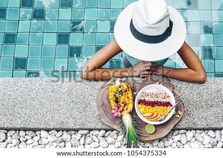 Dziewczyna relaks jedzenie owoców pochlebca puchar Zdjęcia stock © galitskaya
