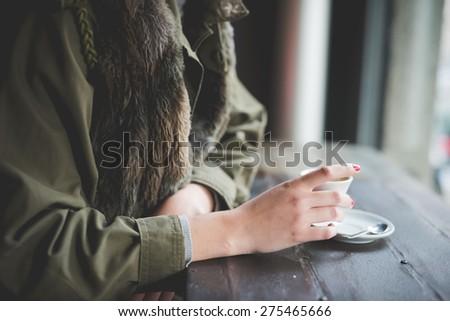 Vrouw kort haar beker koffie handen Stockfoto © ElenaBatkova
