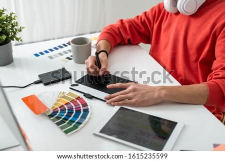 Mãos contemporâneo freelance estilista estilete gráficos Foto stock © pressmaster