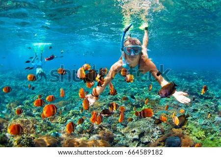 Feliz hombre máscara buceo subacuático Foto stock © galitskaya