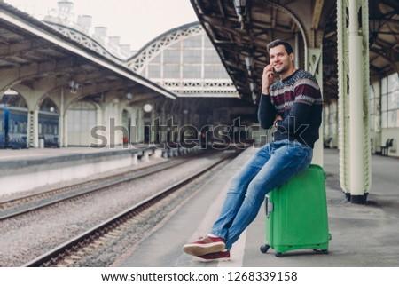 Cotidiano estilo de vida homem bonito suéter jeans trilho Foto stock © vkstudio