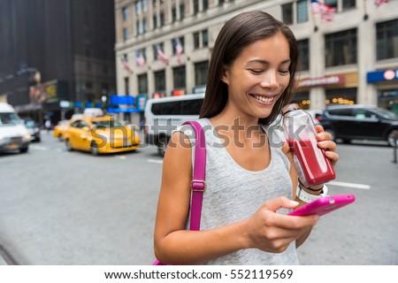 Młoda kobieta spaceru Nowy Jork telefonu app taksówką Zdjęcia stock © Maridav