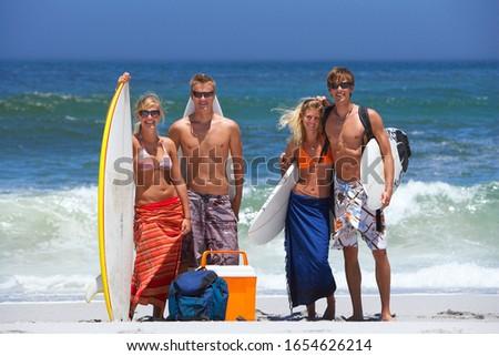 Pareja · adolescentes · posando · tabla · de · surf · mar · hombre - foto stock © photography33