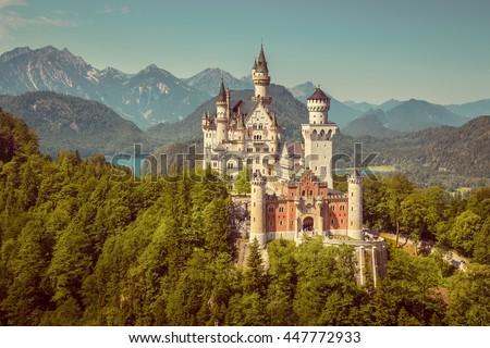 ノイシュヴァンシュタイン城 · アルプス山脈 · ドイツ · 森林 · 山 · 夏 - ストックフォト © happydancing