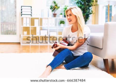 Belo mulher jovem clássico guitarra armazém caixas Foto stock © alexandrenunes