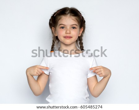 souriant · petite · fille · blanche · tshirt · design · pointant - photo stock © ashumskiy