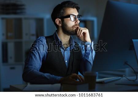 Szakállas designer dolgozik számítógép késő éjszaka Stock fotó © deandrobot