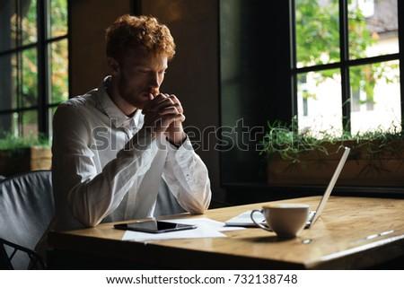 Bello barbuto uomo seduta tavolo in legno Foto d'archivio © deandrobot