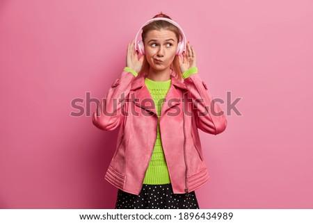 mulher · ouvir · música · ao · ar · livre · fitness · estilo · de · vida · esportes - foto stock © kzenon