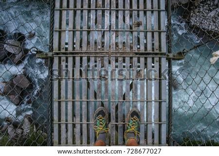 пеший турист висячий мост глядя вниз реке Гималаи Непал Сток-фото © blasbike