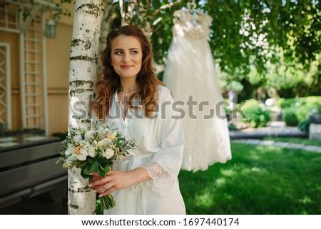 mooie · brunette · vrouw · boeket · poseren · trouwjurk - stockfoto © dashapetrenko