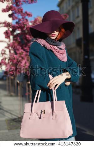 ongelooflijk · jonge · vrouw · hoed · lopen · straat - stockfoto © deandrobot