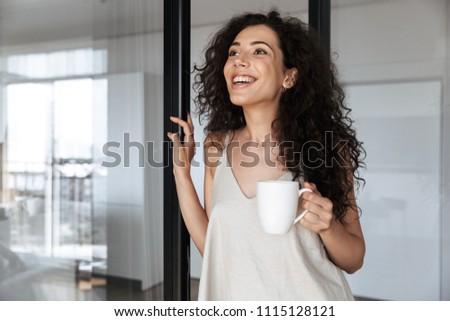 Foto mulher bonita 20s longo cabelo escuro em pé Foto stock © deandrobot